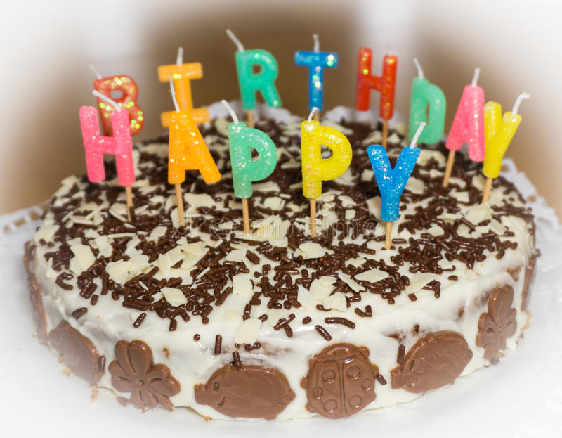 Bolo de aniversário com velas Alimento do feliz aniversario imagem de stock royalty free
