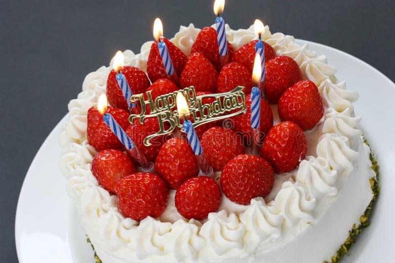 Bolo de aniversário com velas ardentes imagem de stock royalty free