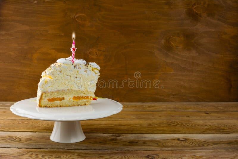 Bolo de aniversário com velas ardentes, espaço da cópia fotografia de stock royalty free