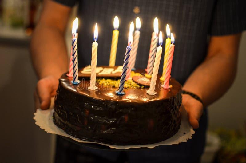 Bolo de aniversário com velas ardentes nele foto de stock royalty free