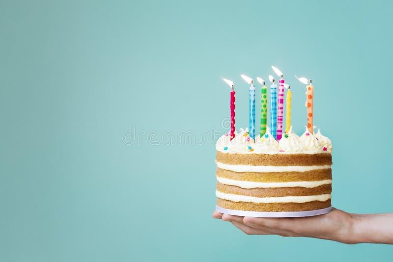 Bolo de aniversário com velas coloridas fotografia de stock