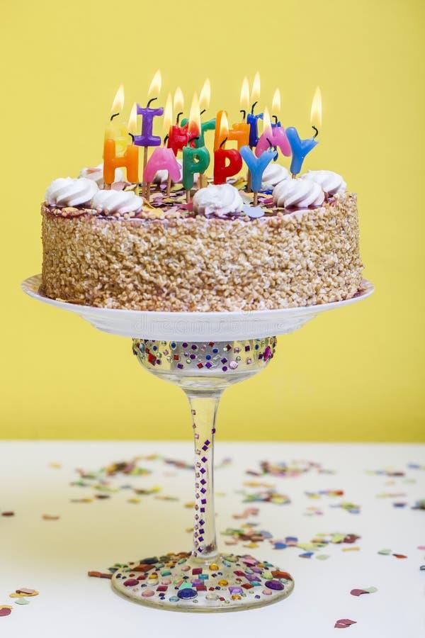 Bolo de aniversário com velas coloridas do feliz aniversario foto de stock