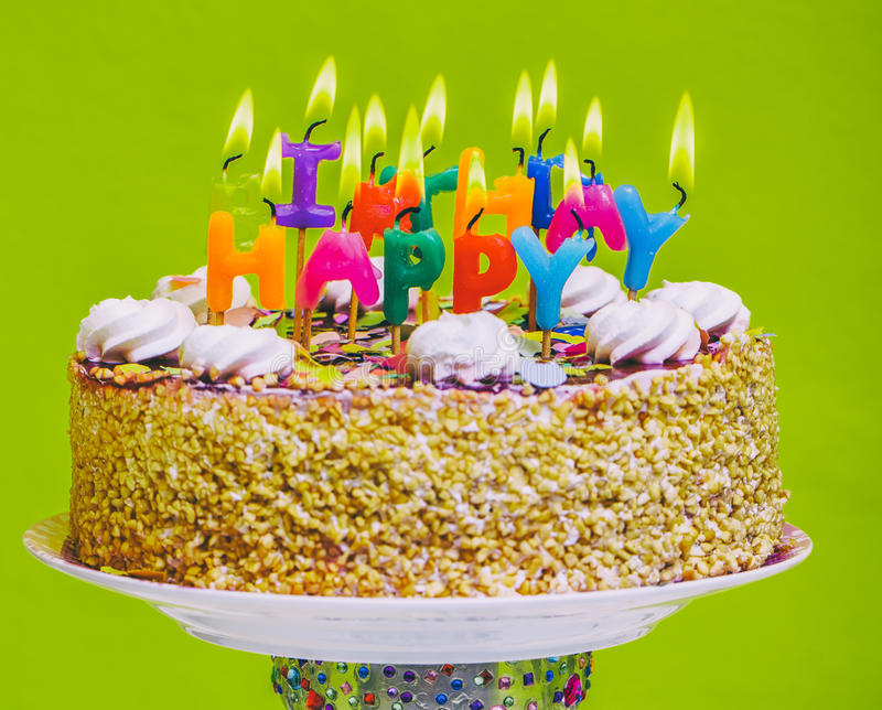 Bolo de aniversário com velas coloridas do feliz aniversario fotos de stock royalty free