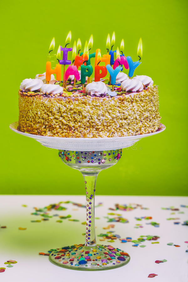 Bolo de aniversário com velas coloridas do feliz aniversario imagem de stock