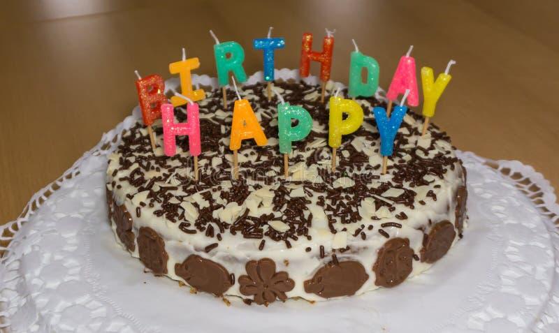 Bolo de aniversário com velas Feliz aniversario imagem de stock royalty free