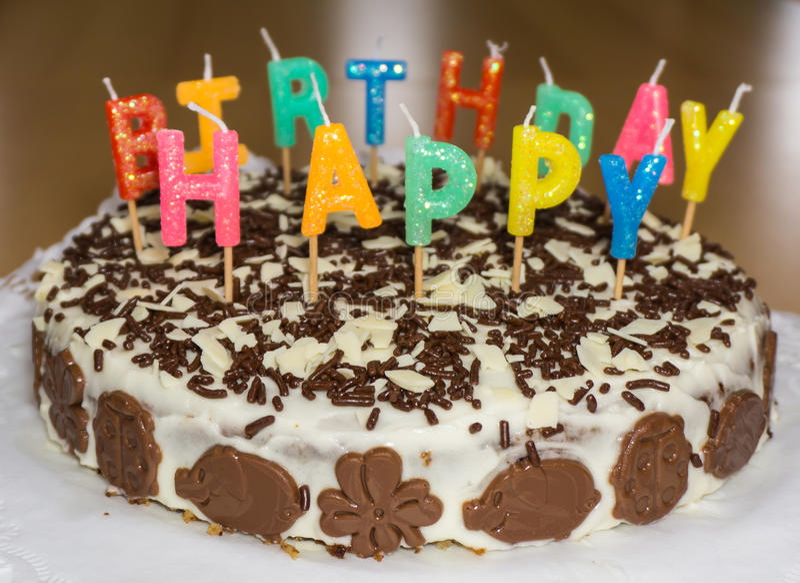 Bolo de aniversário com velas Feliz aniversario imagens de stock royalty free