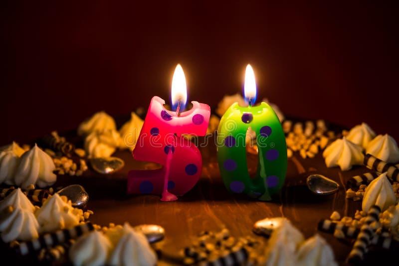 bolo de aniversário 50 com velas iluminadas foto de stock royalty free