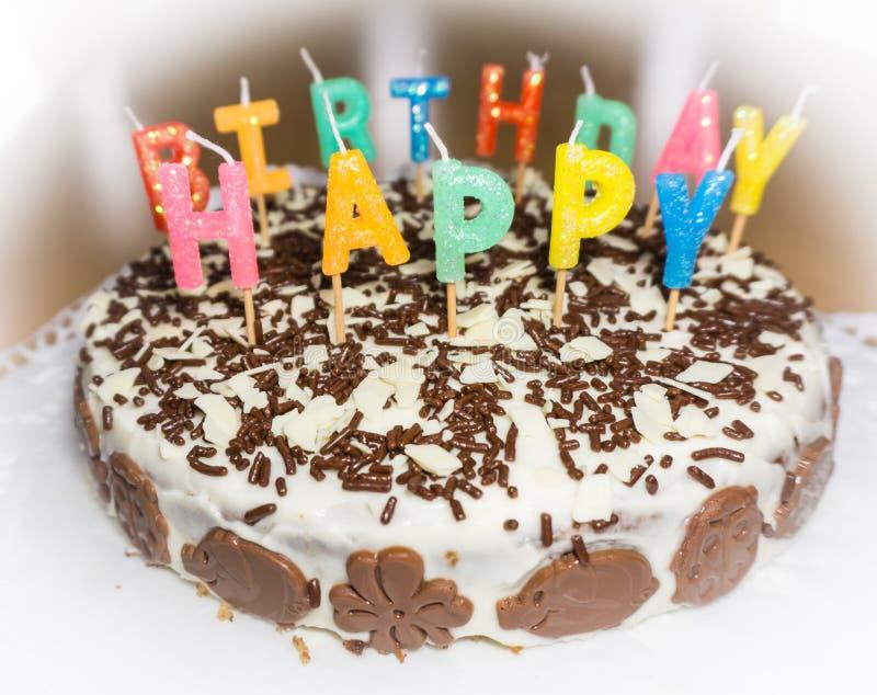 Bolo de aniversário com velas Objeto do alimento do feliz aniversario fotografia de stock
