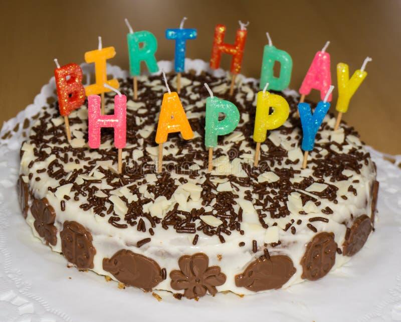 Bolo de aniversário com velas Objeto do alimento do feliz aniversario foto de stock