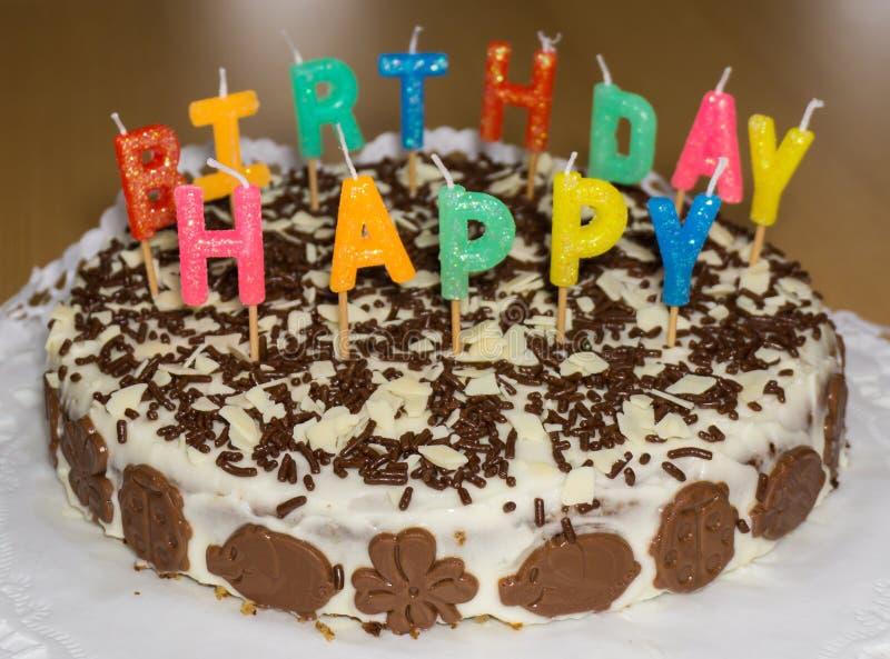 Bolo de aniversário com velas Objeto do alimento do feliz aniversario fotos de stock