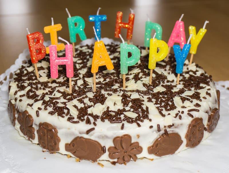 Bolo de aniversário com velas Objeto do alimento do feliz aniversario imagens de stock royalty free