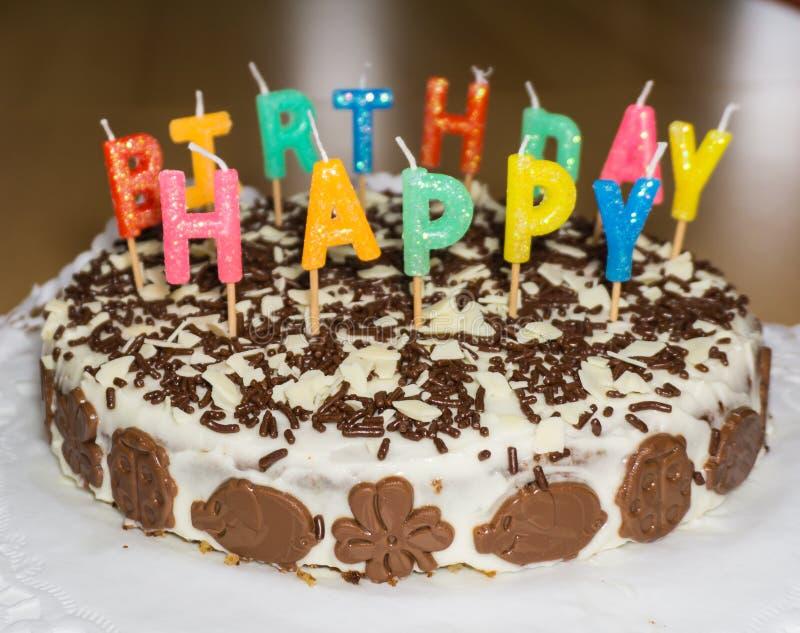 Bolo de aniversário com velas Objeto do alimento do feliz aniversario foto de stock royalty free