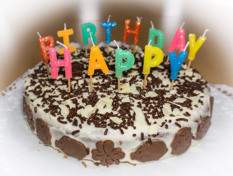 Bolo de aniversário com velas Objeto do alimento do feliz aniversario fotos de stock royalty free