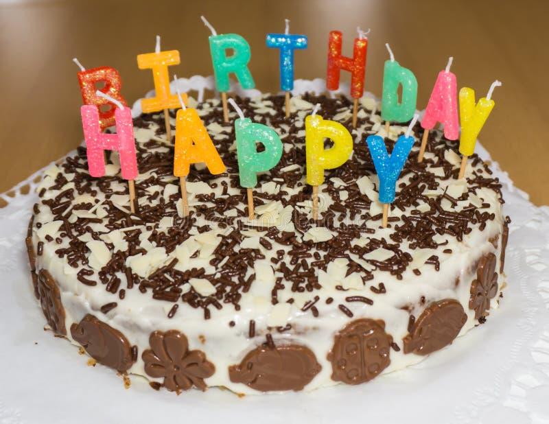 Bolo de aniversário com velas Objeto do alimento do feliz aniversario fotografia de stock royalty free