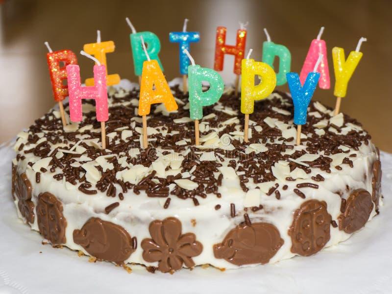 Bolo de aniversário com velas Objeto do alimento do feliz aniversario imagens de stock