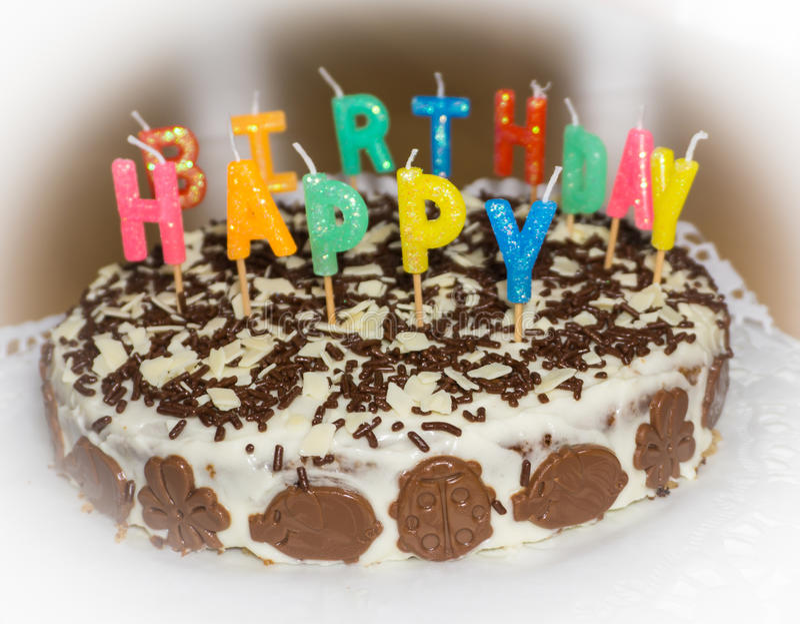 Bolo de aniversário com velas Objeto do alimento do feliz aniversario imagem de stock