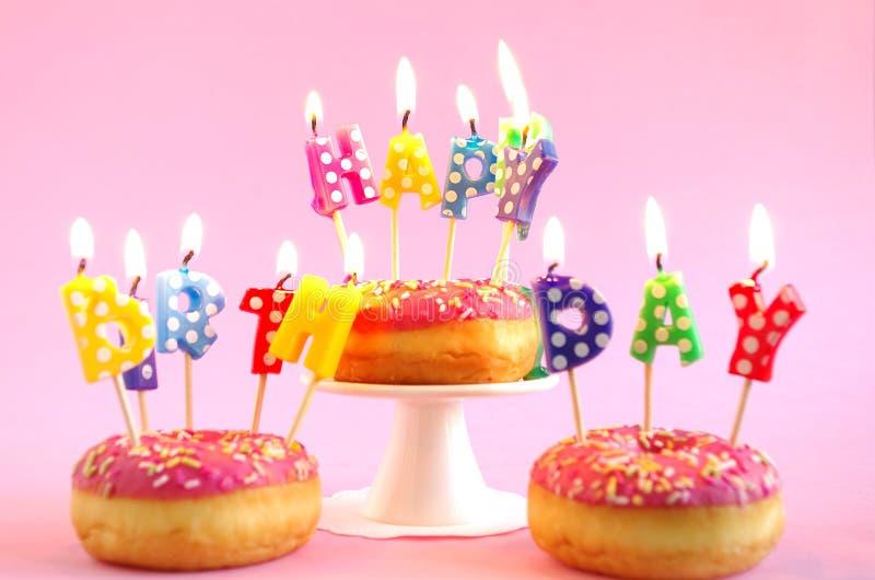 Bolo de aniversário cor-de-rosa foto de stock royalty free