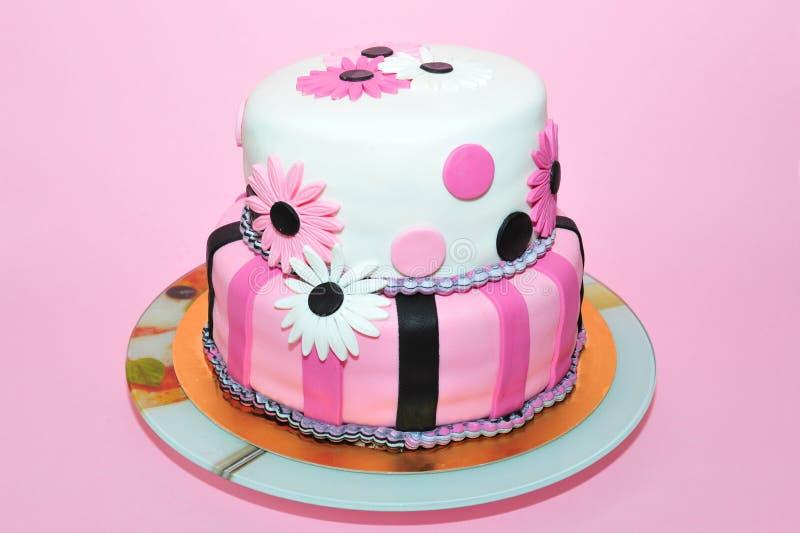 Bolo de aniversário cor-de-rosa das margaridas fotos de stock royalty free