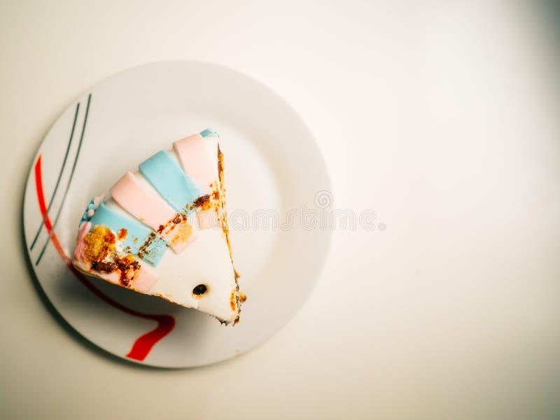 Bolo de aniversário delicioso decorado em azul e em cor-de-rosa foto de stock royalty free