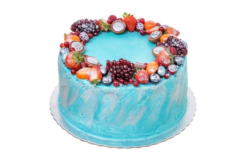 Bolo de aniversário delicioso do fruto Em um fundo branco fotos de stock