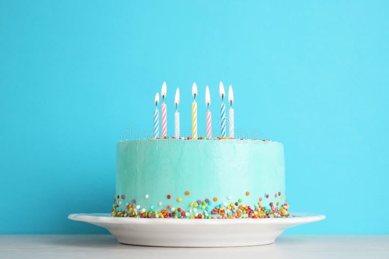 Bolo de aniversário delicioso fresco com velas na tabela foto de stock