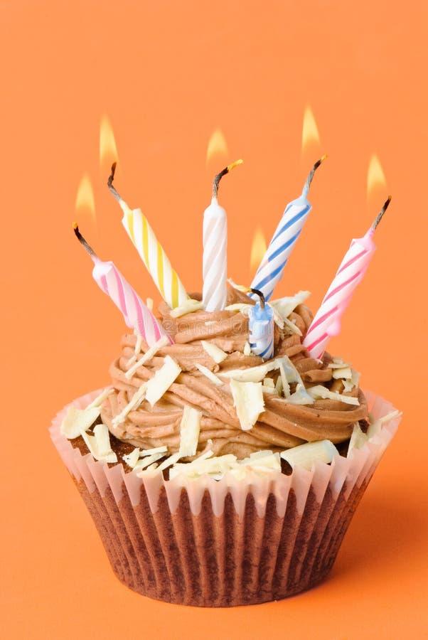 Bolo de aniversário do divertimento imagem de stock royalty free