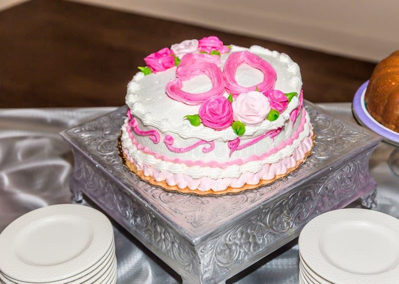 Bolo de aniversário do sobrevivente do câncer da mama 50th imagem de stock royalty free