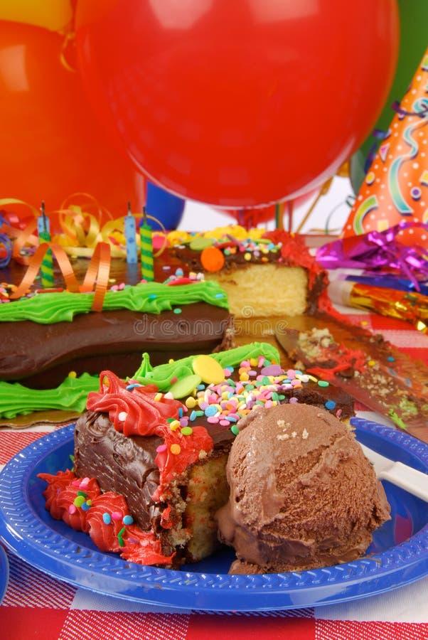 Bolo de aniversário e gelado de chocolate imagem de stock