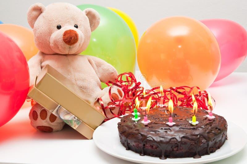 Bolo de aniversário e urso de peluche imagens de stock royalty free