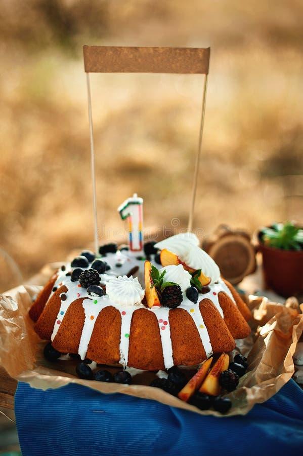 Bolo de aniversário para a festa de anos Primeiro aniversário do bebê fotos de stock royalty free