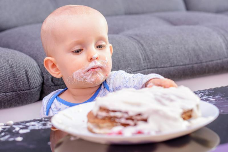 Bolo de aniversário pequeno com uma colher, feliz aniversario da quebra do bebê imagem de stock