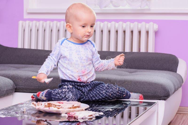 Bolo de aniversário pequeno com uma colher, feliz aniversario da quebra do bebê fotografia de stock royalty free