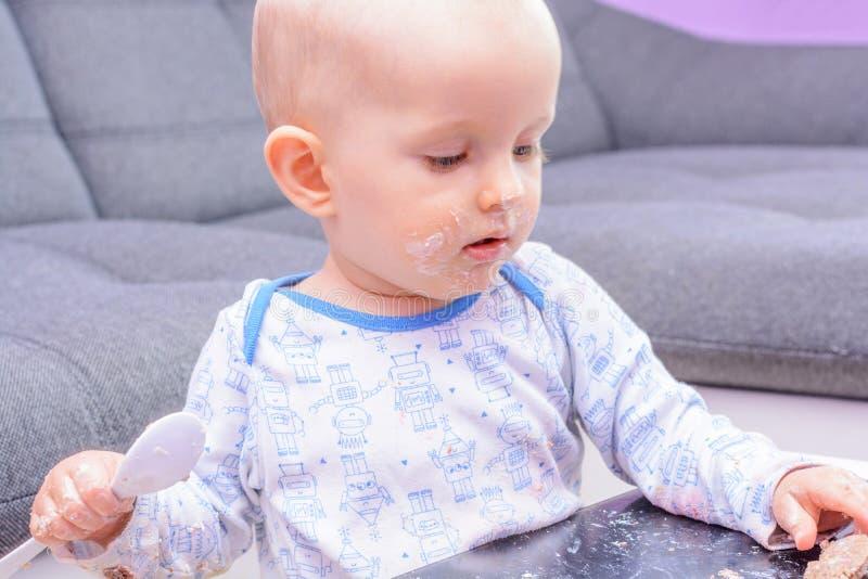 Bolo de aniversário pequeno com uma colher, feliz aniversario da quebra do bebê imagens de stock royalty free