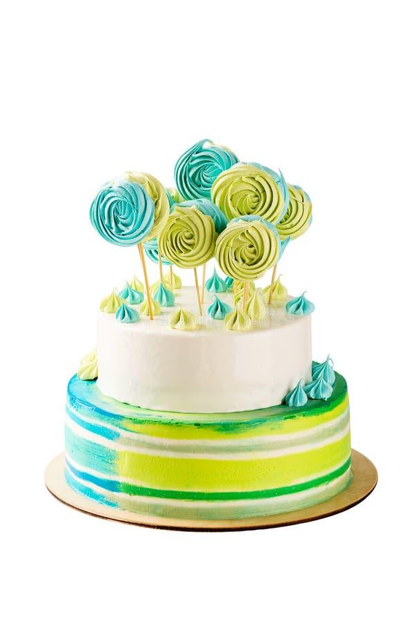 Bolo de aniversário verde e azul estratificado isolado no branco fotografia de stock