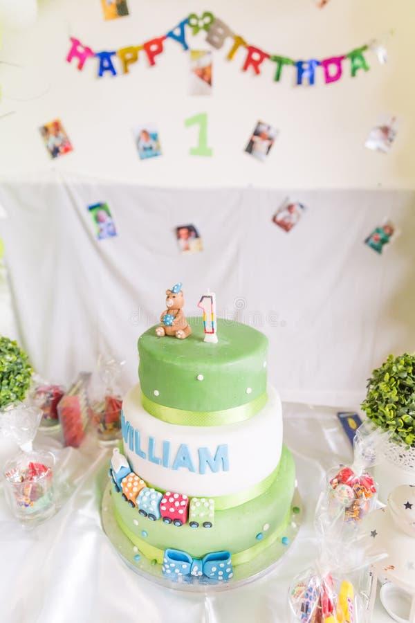 Bolo de aniversário verde e branco com vela do bebê de um ano com Happ imagens de stock royalty free