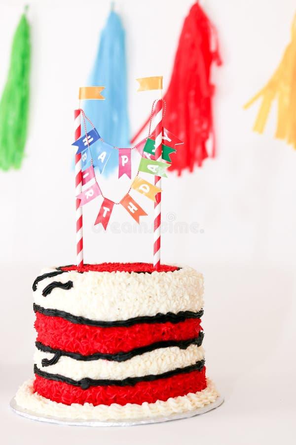Bolo de aniversário vermelho para o bebê imagens de stock