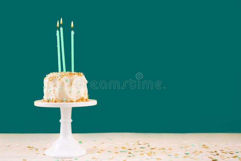 Bolo de anivers?rio com velas Conceito da celebra??o da festa de anos imagens de stock royalty free