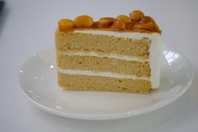 Bolo de café no prato branco imagem de stock