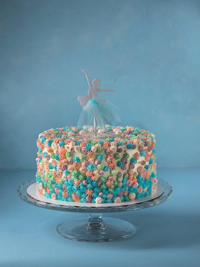 Bolo de camada do aniversário decorado com o chapéu de coco do bolo da bailarina no fundo dos azul-céu com espaço da cópia O conc imagem de stock royalty free