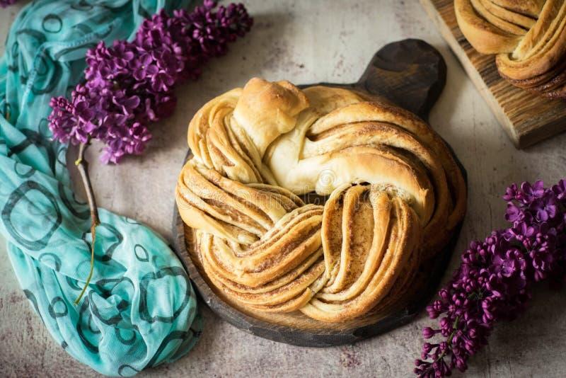 Bolo de canela delicioso para o café da manhã no fundo bonito foto de stock royalty free