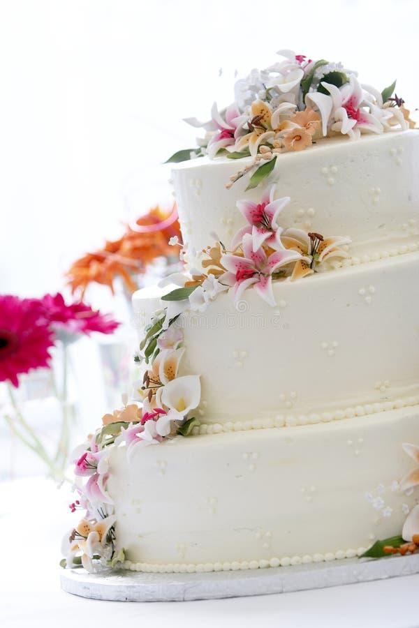 Bolo de casamento bonito fotografia de stock royalty free
