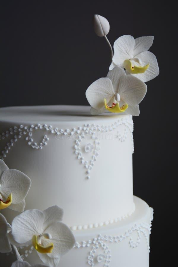 Bolo de casamento branco lindo fotografia de stock