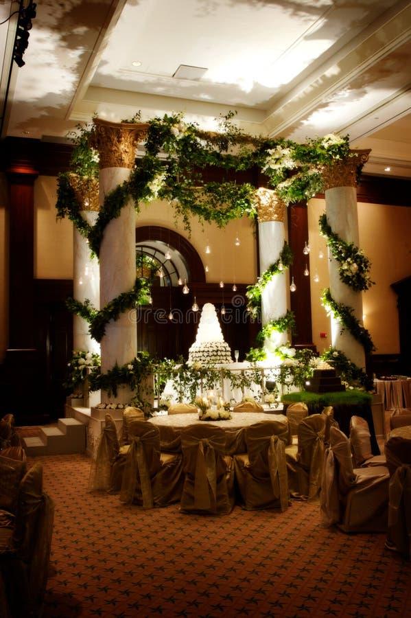 Bolo de casamento circunvizinho da instalação elaborada foto de stock royalty free