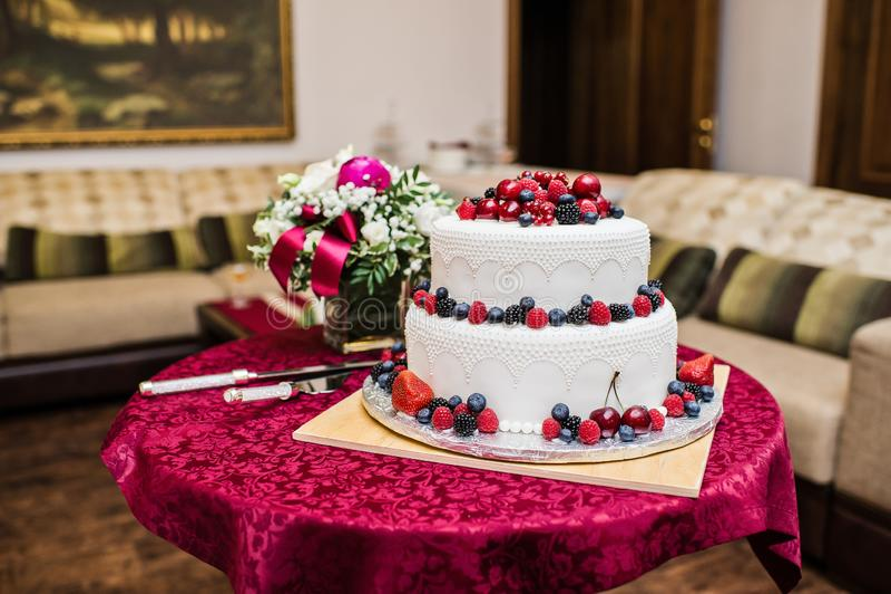 Bolo de casamento clássico com framboesas, morangos, amoras-pretas e mirtilos imagens de stock royalty free