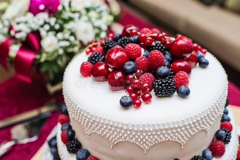 Bolo de casamento clássico com framboesas, morangos, amoras-pretas e mirtilos fotografia de stock royalty free