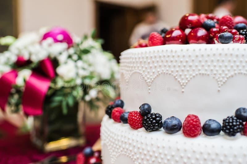 Bolo de casamento cl?ssico com framboesas, morangos, amoras-pretas e mirtilos imagens de stock royalty free