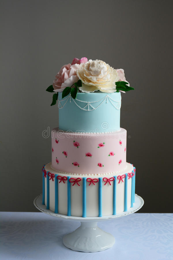 Bolo de casamento colorido lindo imagens de stock royalty free