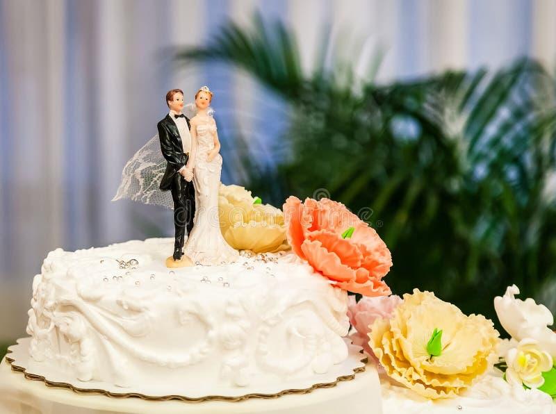 Bolo de casamento com figuras imagem de stock royalty free