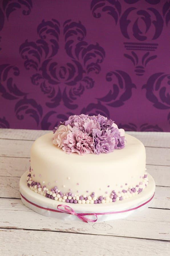 bolo de casamento com flores do açúcar foto de stock royalty free