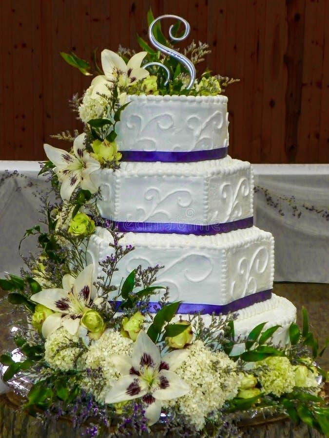 Bolo de casamento com flores frescas fotografia de stock royalty free
